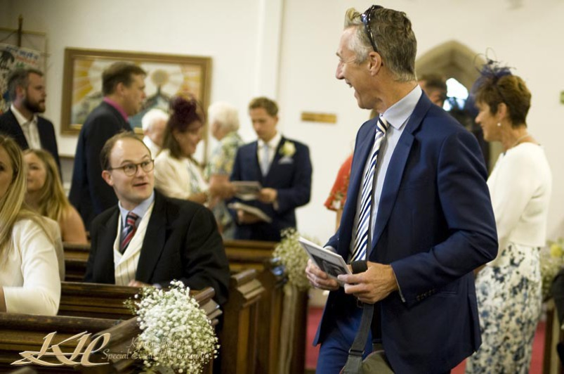 reportage wedding guests in church